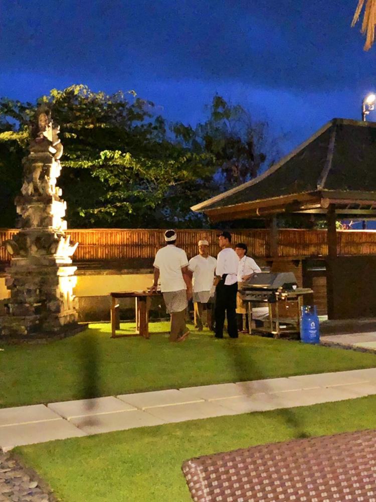 準備豐盛晚餐的員工 峇里島Villa 沙努區 絕色
